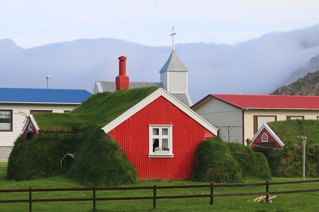 červený domek v přírodě