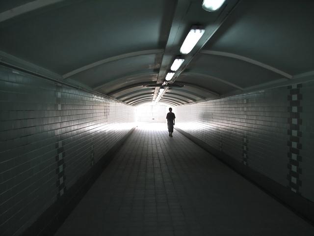 stropní zářivky v nádražním podchodu