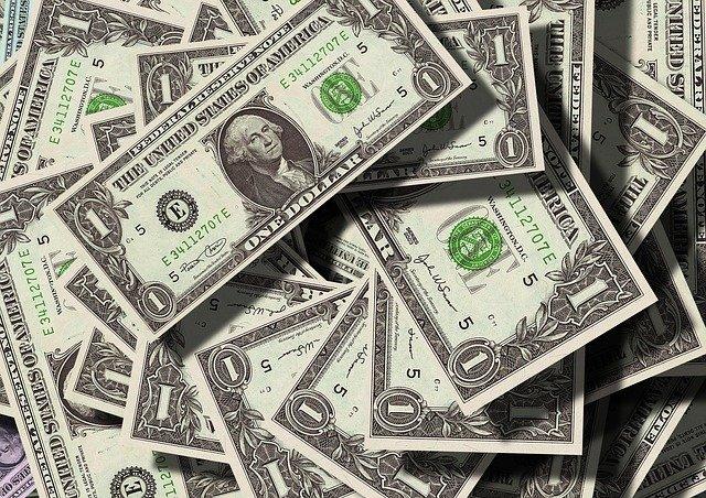 Hodně dolarových bankovek